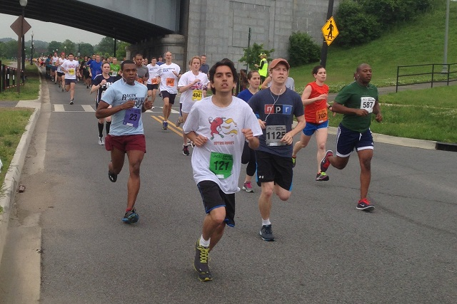 Runners head out in the first mile of the ACLI Capital Challenge May 21 in Anacostia Park. Photo: Charlie Ban